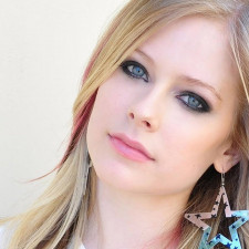 Avril Lavigne Performs New Single Live