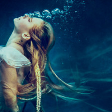 """Avril Lavigne Graces Honda Stage With Intimate """"Head Above Water"""" Performance"""