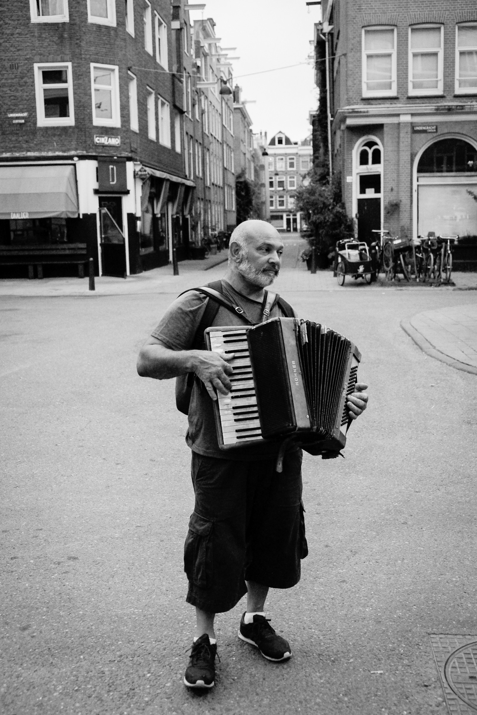 Amsterdam Photo Tour guy playing instrument