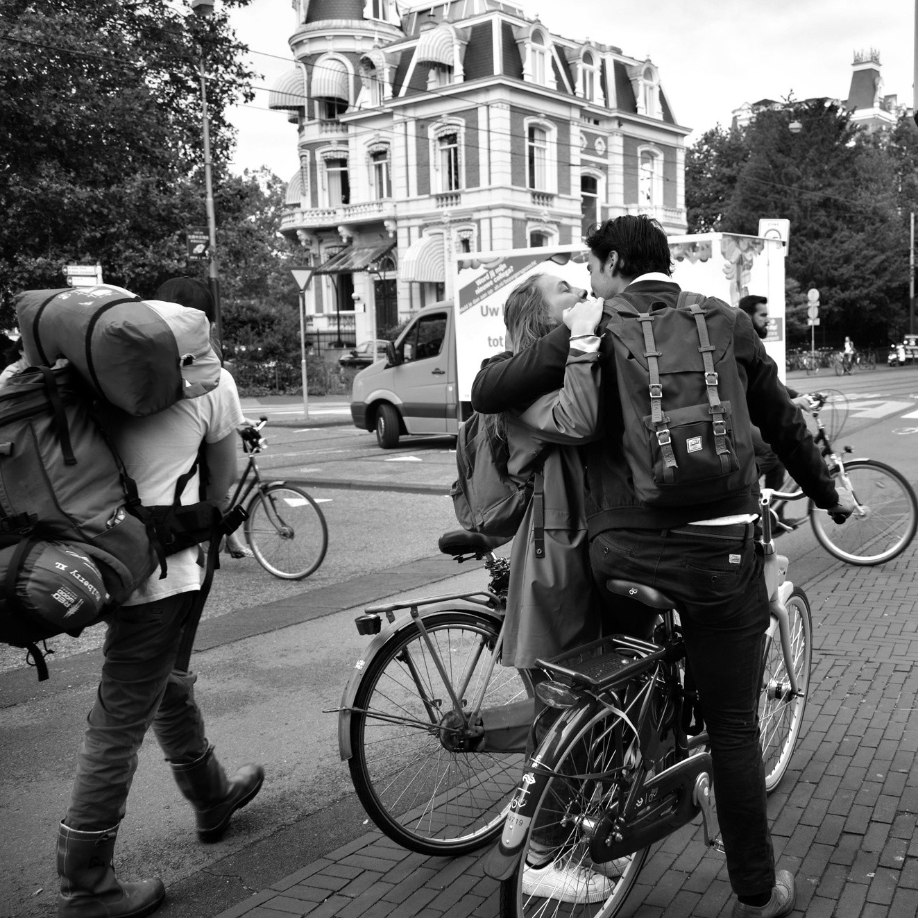 Amsterdam Photo Tours coupe kissing in the street