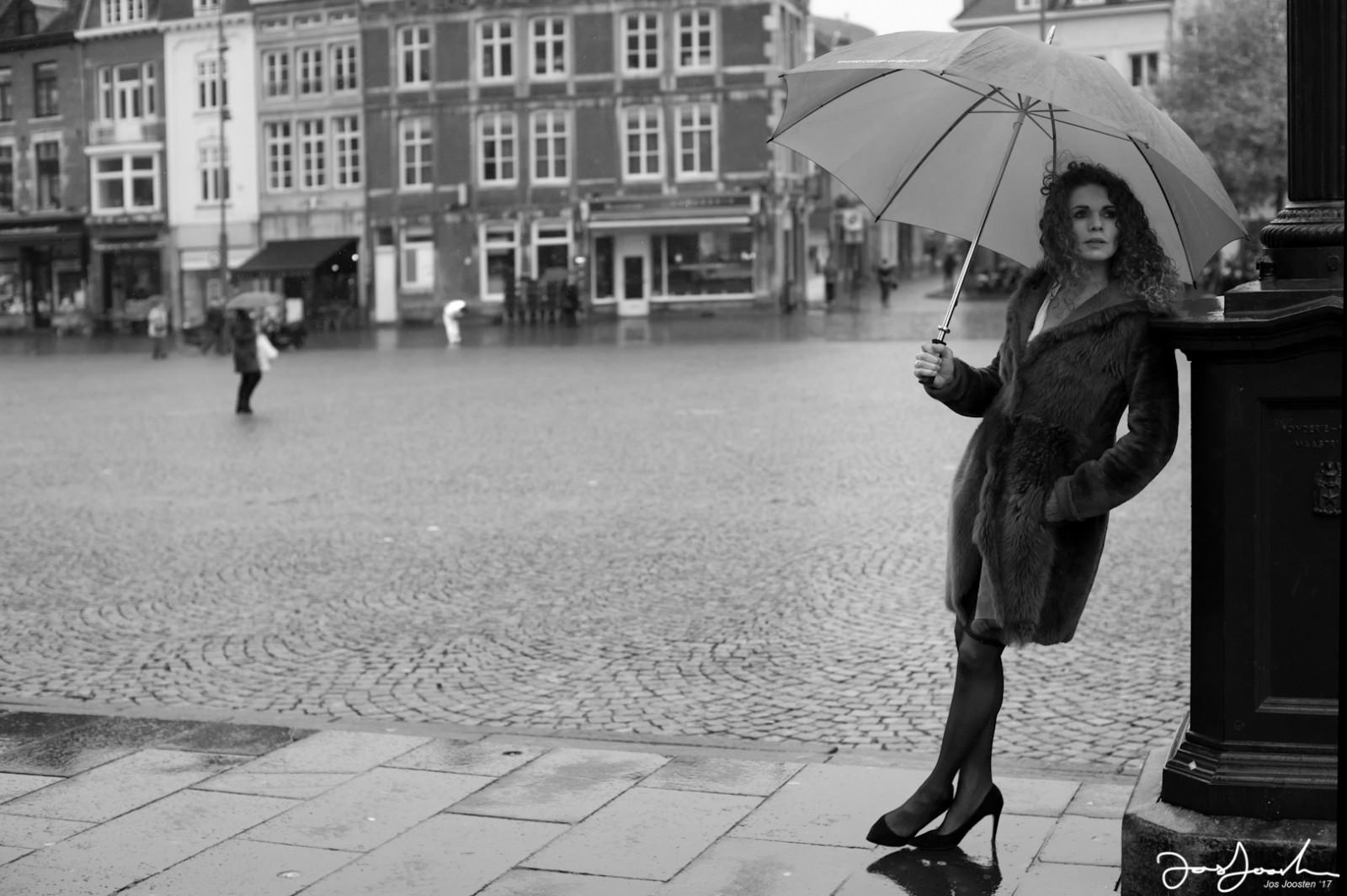 astrid-peter-lindbergh-woman-with-umbrella-made-bij-jos-joosten