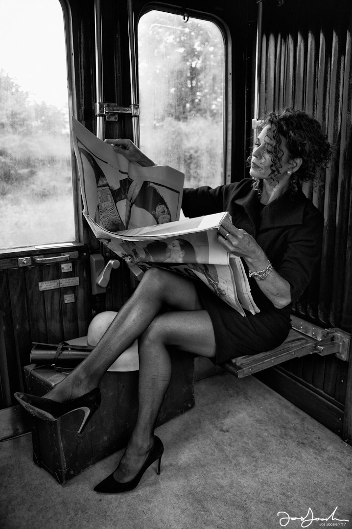 astrid-woman-in-train-read-news-paper-made-by-jos-joosten