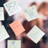 Encuentra personas que sepan hacer una lluvia de ideas